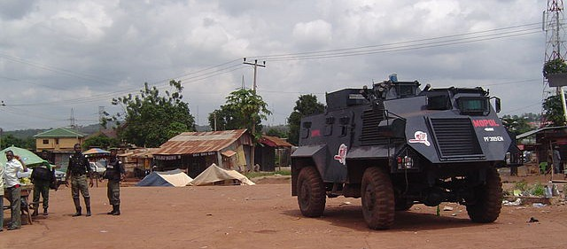 Nigerian Mobile Police with Vehicle (Foto: Sawa2, Wikimedia Commons, Creative Commons Attribution-Share Alike 3.0 Unported).