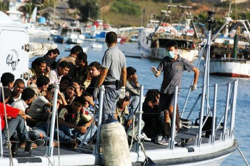 Migrants arriving on the island of lampedusa in august 2007 (Photo: Sara Prestianni / noborder network / Creative Commons Attribution 2.0 Generic).