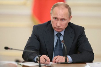 Russian president Vladimir Putin chairs a meeting in Novo-Ogaryovo, west of Moscow, November 14, 2013 (Presidential Press and Information Office)
