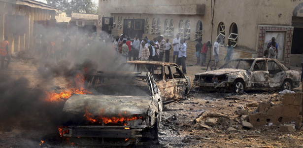 A car burns at the scene of a bomb explosion at St. Theresa Catholic Church at Madalla, Suleja, just outside Nigeria's capital Abuja, December 25, 2011 (Foto: Afolabi Sotunde).